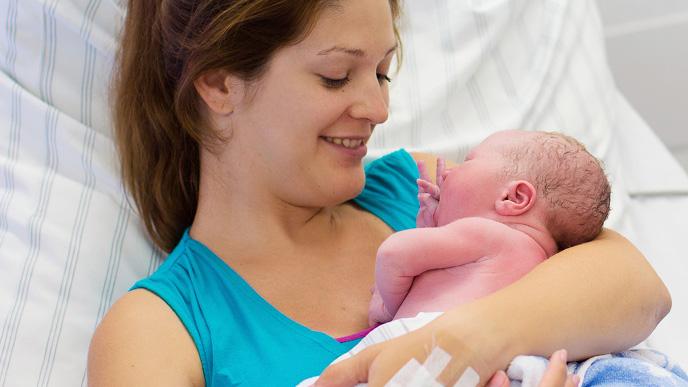 出産した直後のママと赤ちゃん