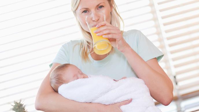 赤ちゃんを抱いたママは栄養を摂っています