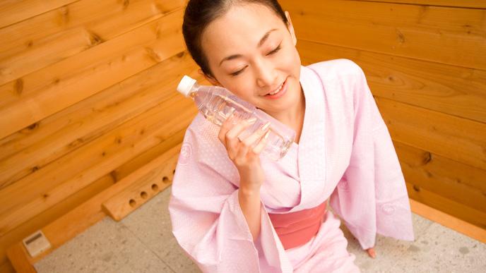 岩盤浴で温まっている女性