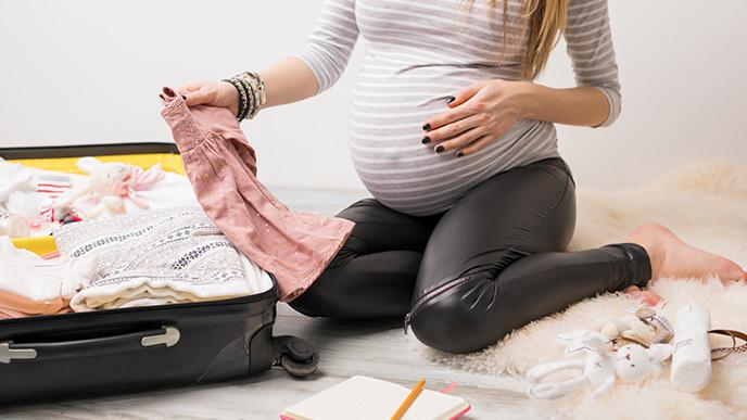入院の用意をする妊婦さん