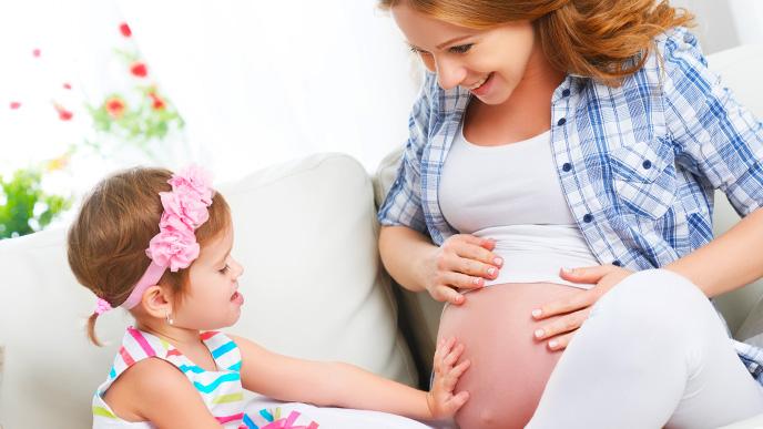 まだ小さい赤ちゃんと二人目を妊娠しているママ