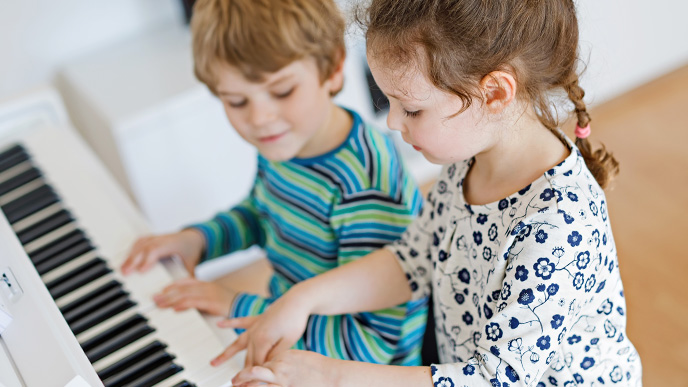 ピアノを弾いてる姉弟