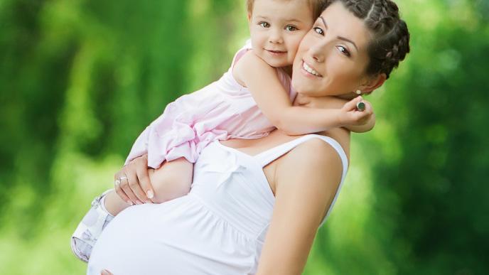 赤ちゃんを抱っこしてる妊娠してるママ