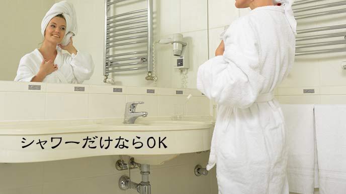 シャワーを浴びてバスタオルを着た女性