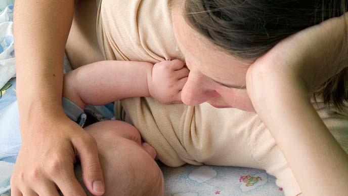 授乳中の母親と娘