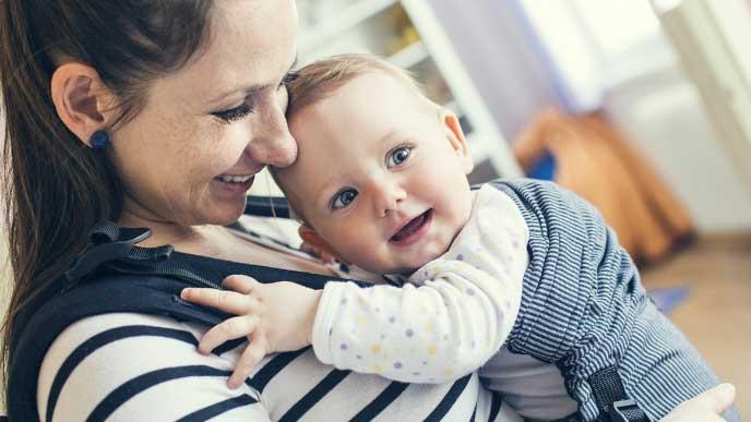 赤ちゃんを抱っこしてる高齢で出産した女性