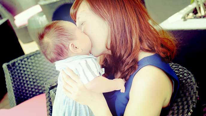赤ちゃんのほっぺにキスしているママ