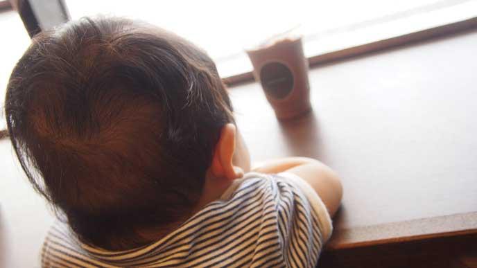 おしゃれなカフェのカウンターで思いにふける赤ちゃん
