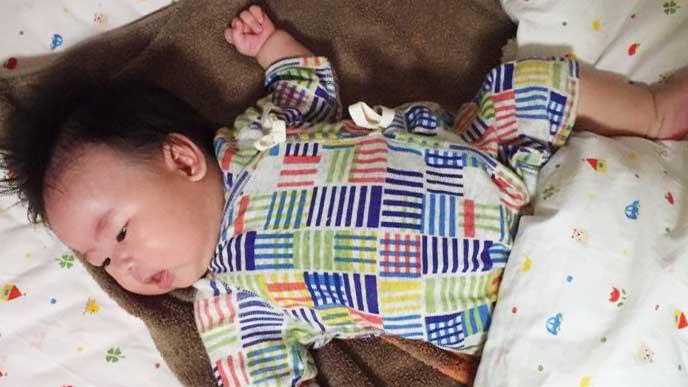 布団で寝てる赤ちゃん