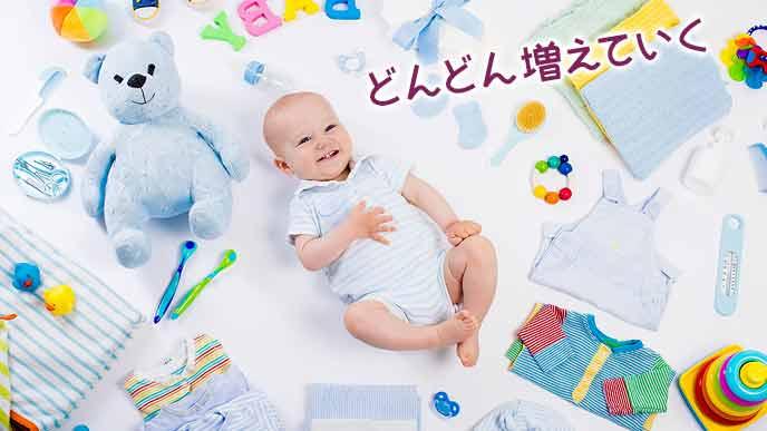 衣類と玩具に囲まれた赤ちゃん