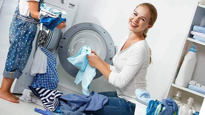 大量の洗濯をする女性