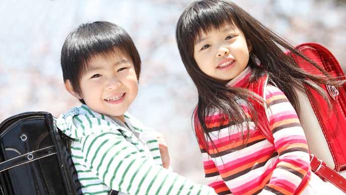 手を繋いでいる綺麗な形の眉毛をした小学生の男の子と女の子