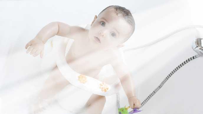お風呂の中でベビーチェアに座ってる赤ちゃん