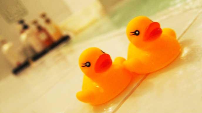 お風呂に浮かんでるアヒルのおもちゃ