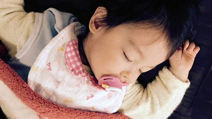 涎掛けをして眠る赤ちゃん
