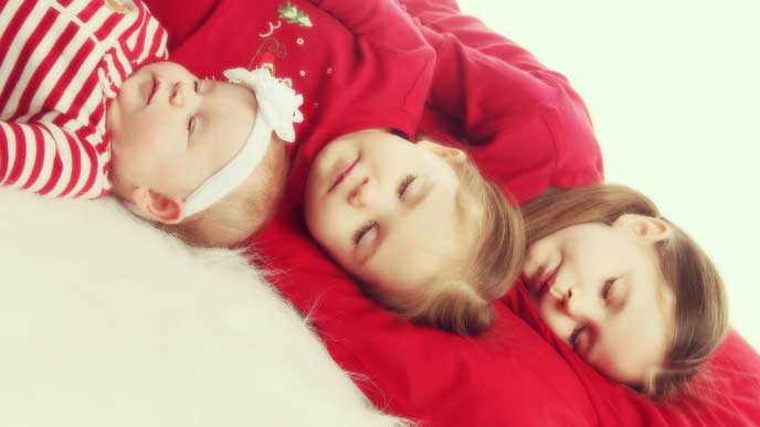 並んで寝てる3姉妹