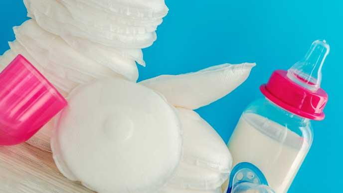 母乳パッドと哺乳瓶