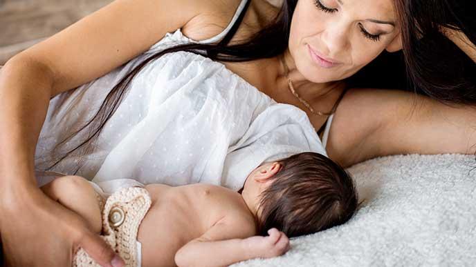 お母さんと赤ちゃんが一緒に横になる