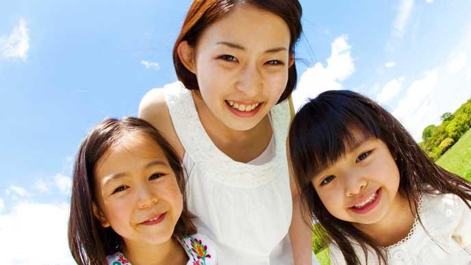 女の子二人と母親