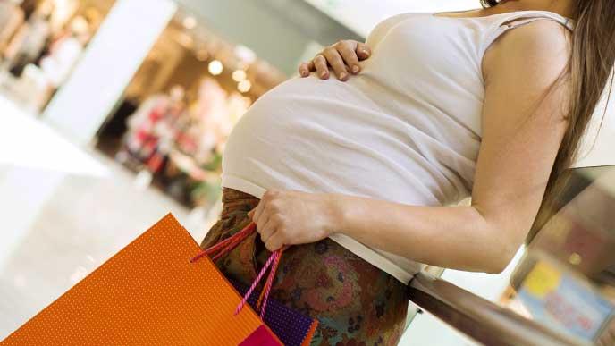 買い物をしてる妊婦さん