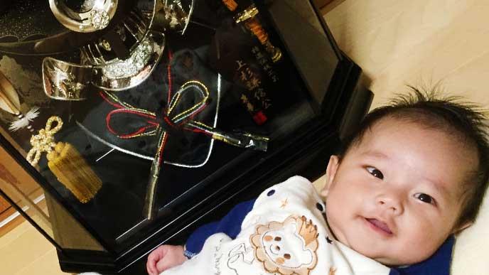 鎧兜の飾りと笑顔の赤ちゃん