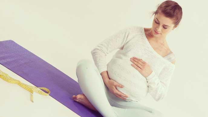 マタニティヨガで出産に向けて呼吸法の練習をしている妊婦さん