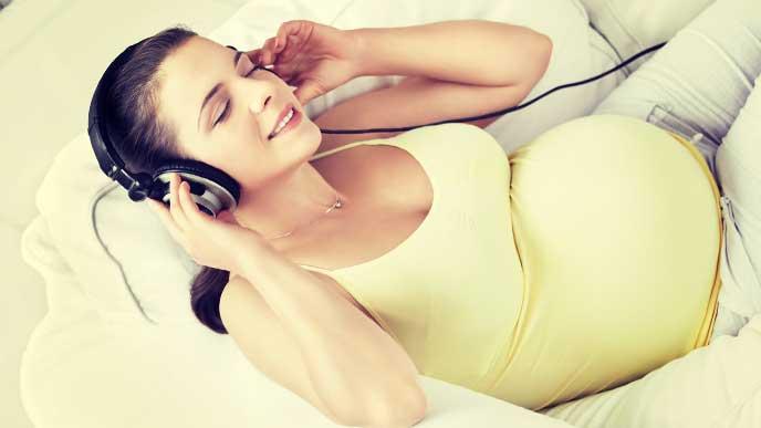 ソフロロジー分娩に向けて音楽を聞いてリラックスしてる妊婦さん