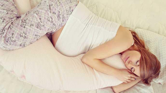 横になってイメージトレーニングをしている妊婦さん