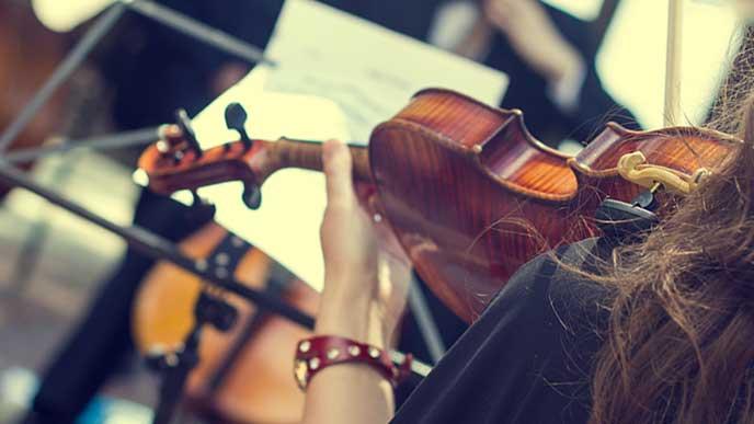 オーケストラのバイオリン奏者