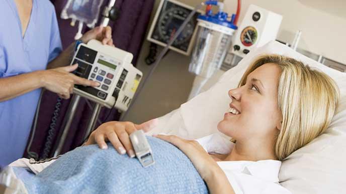出産前の検査を受ける妊婦