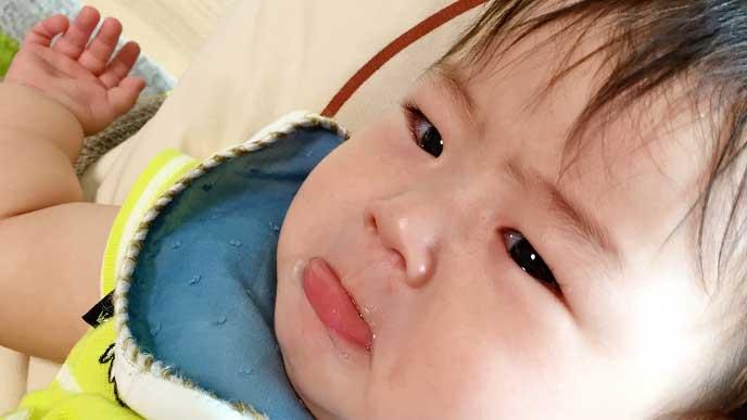 泣きそうな顔をしてる赤ちゃん