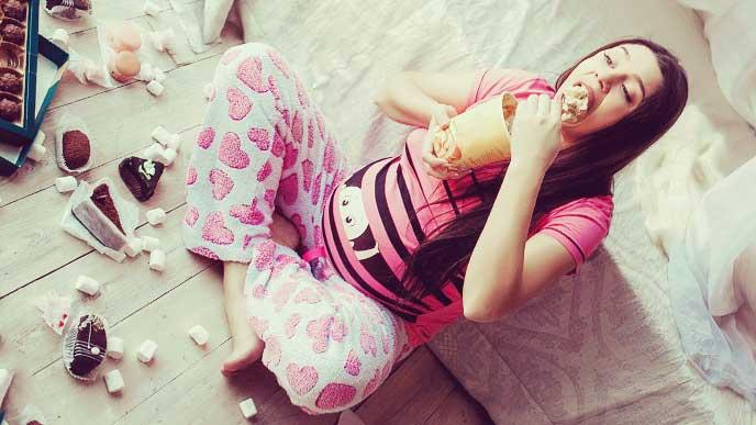 部屋中に食べ物を散乱させつつドーナツを食べてる妊婦さん