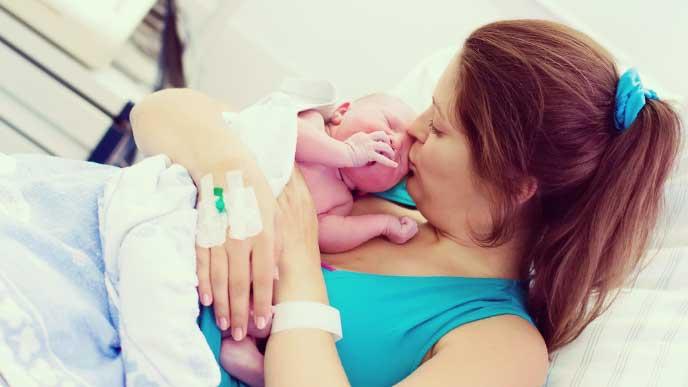 新生児を抱く出産したばかりの母親