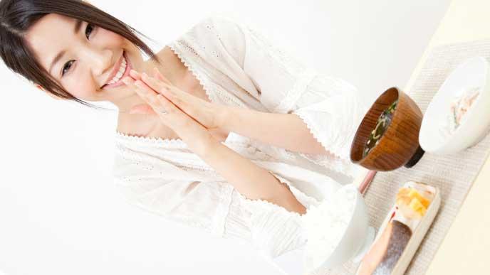 栄養バランスが取れた和食を食べようとしている女性