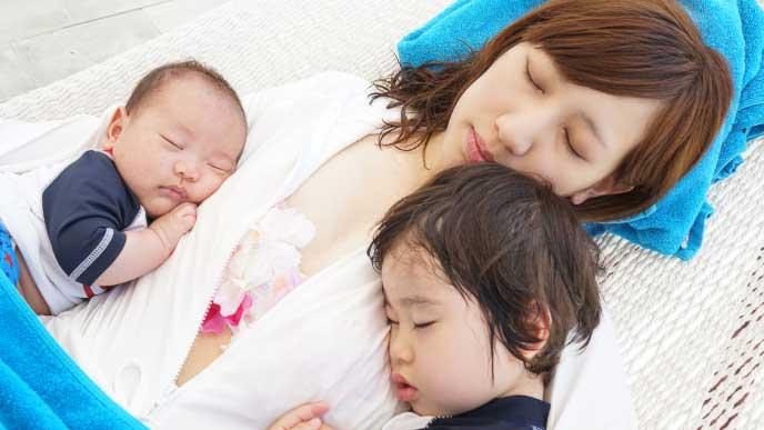 二人の子供と一緒に寝てるママ
