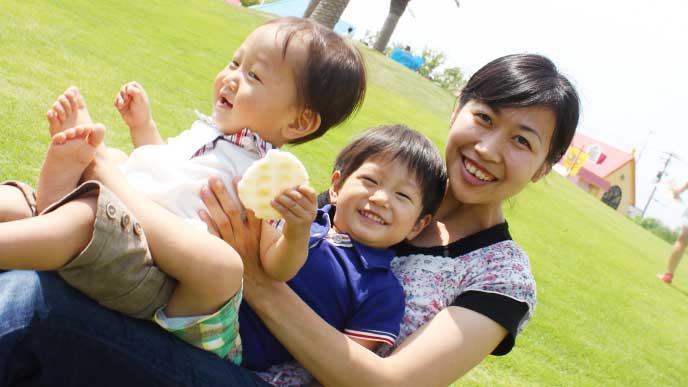 年子の兄弟を抱えてる笑顔のママ