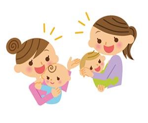同じ月齢の赤ちゃんを抱いた母親が会話する