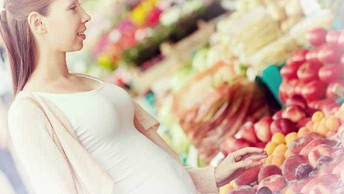 果物を買おうとしてる妊婦さん