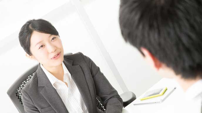 会議室で上司に妊娠の報告をする女性社員