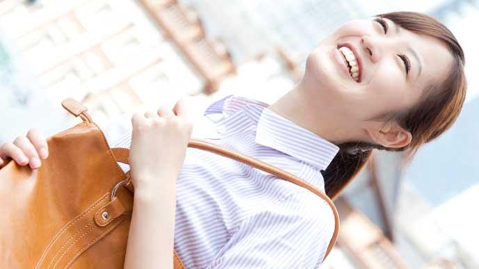 職場への妊娠報告を済ませて笑顔の女性