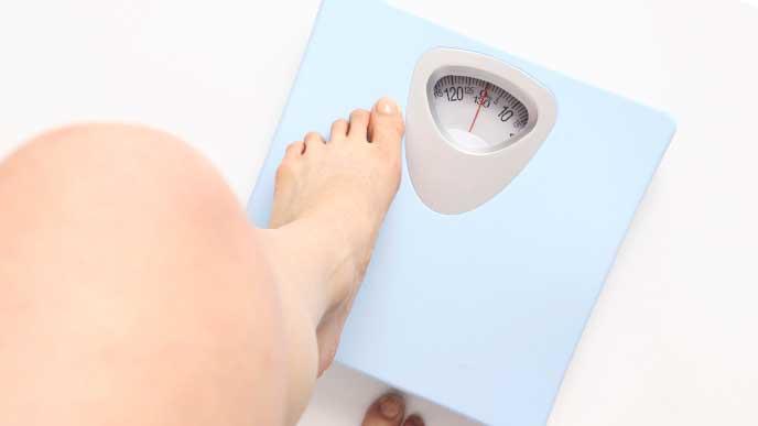 体重を測ろうとしている妊婦さん