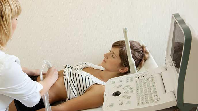 超音波検査を受ける女性