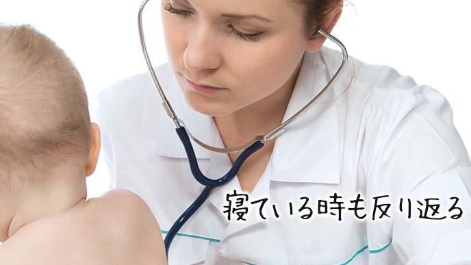 赤ちゃんを診察する女医