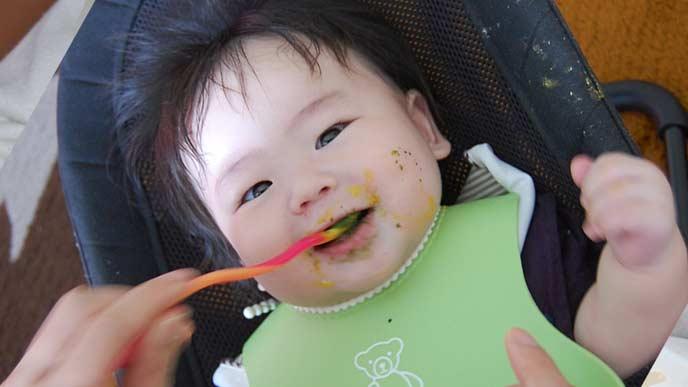 生後7~8ヶ月の赤ちゃんが離乳食を食べる