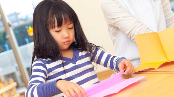 紙で工作をする女の子
