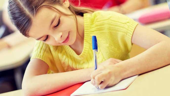 試験を受ける子ども