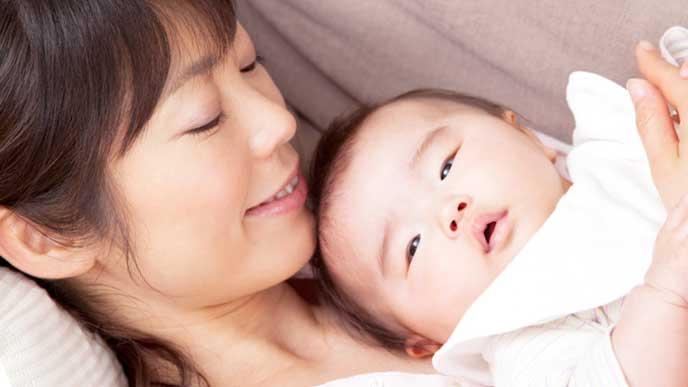 赤ちゃんを抱っこしてる母親