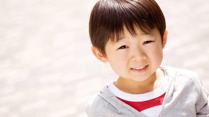 にっこり微笑む3歳児の男の子