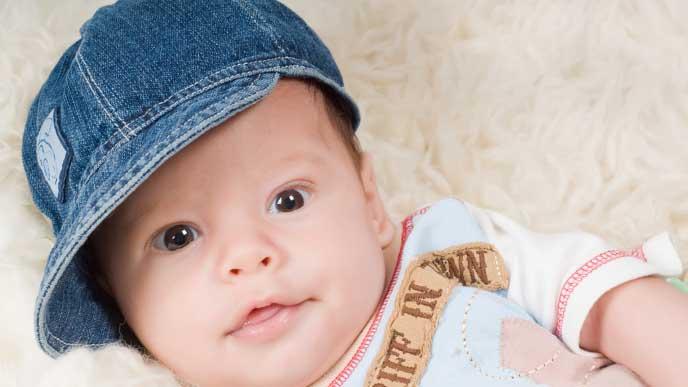 デニム生地の大きめな帽子を嫌がらないで被る赤ちゃん