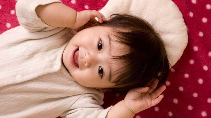 笑顔で寝転ぶ赤ちゃん
